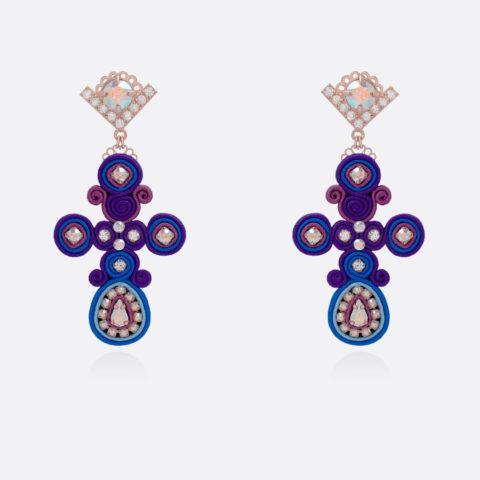 Orecchini di tessuto a forma di croci piccole in bronzo placcato oro, passamaneria di seta viola e blue cristalli swarowksi e zirconi colorati aurora boreale. Orecchini fatti a mano