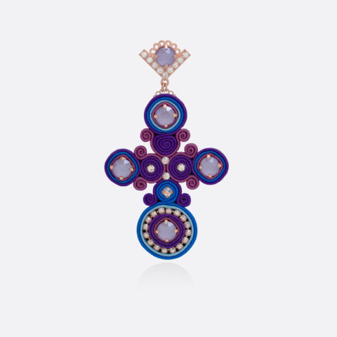 Orecchino pendente a croce grande con passamaneria e stoffa colorata blu e viola, zirconi colorati, cristalli swarovski incastonati a mano, bronzo placcato oro rosa DIVAG