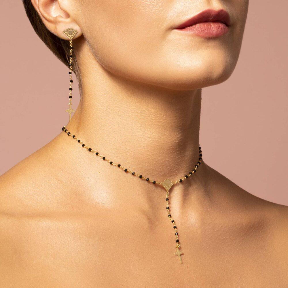 collane e orecchini rosario in argento 925 placcato oro. pietre dure nere con croce pendente.