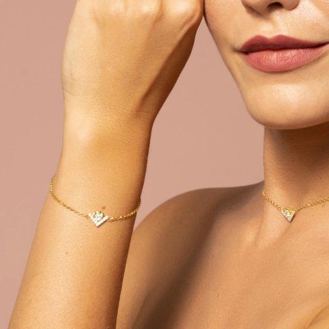 Bracciale da donna regolabile, con catena rolò sottile in argento 925 e elemento a forma di V con cuori e zirconi bianchi luminosi. Monogram centrale DIVAG